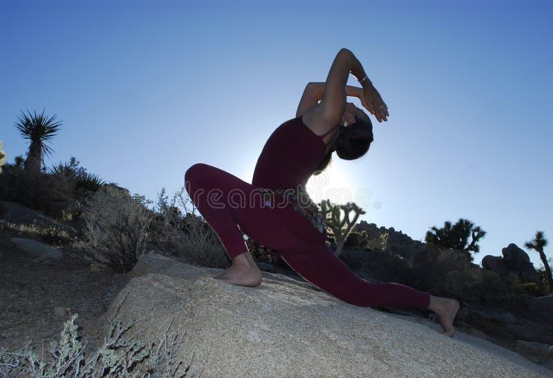 Diva de la yoga del desierto   foto de archivo