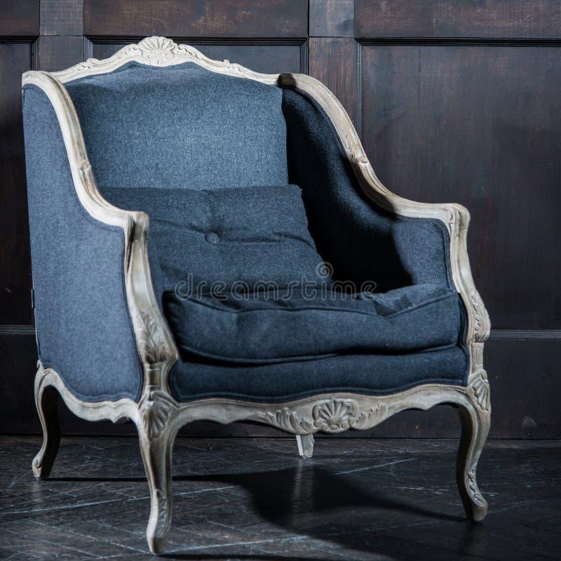Divan classique bleu de sofa de fauteuil de style dans la chambre de vintage photo stock