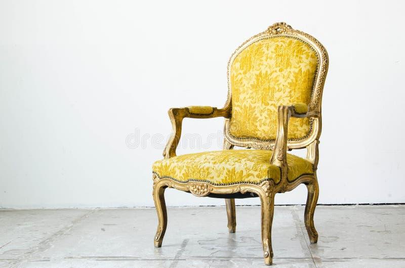 Divan classique de sofa de style d'or dans la chambre de vintage photos stock