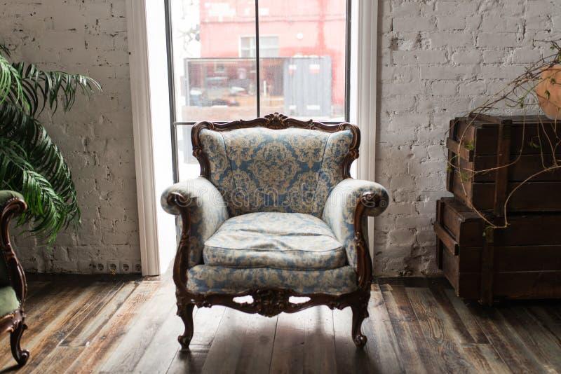 Divan classique de sofa de fauteuil de style dans la chambre de vintage Vintage luxueux de fauteuil image libre de droits