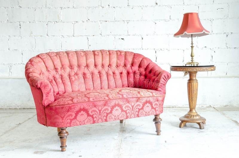 Divan classique rouge de sofa de style photo libre de droits