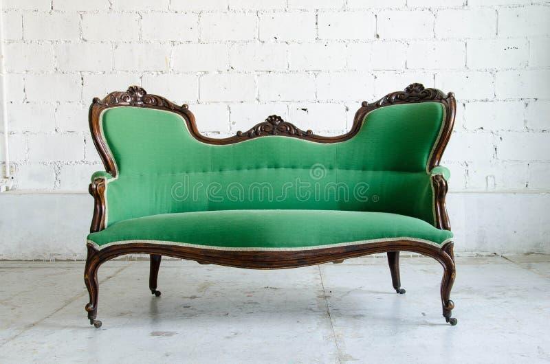 Divan classique vert luxueux de sofa de fauteuil de style dans le vintage r photos stock