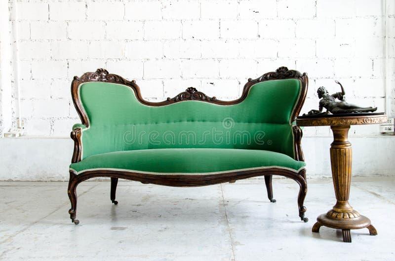 Divan classique vert luxueux de sofa de fauteuil de style dans le vintage r image stock