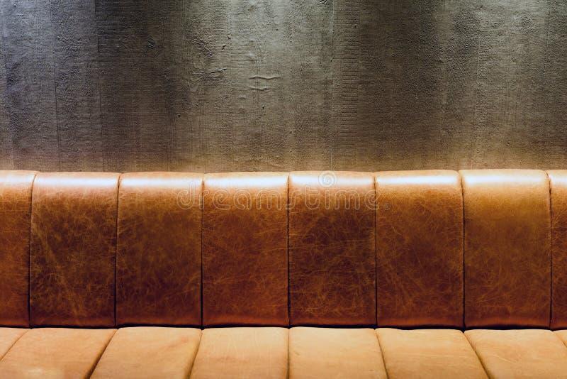 Divan de cuir de vintage de Brown la nuit photo libre de droits