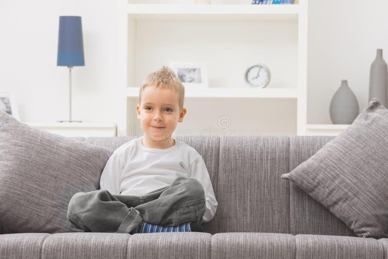 divan de garçon peu se reposant images libres de droits