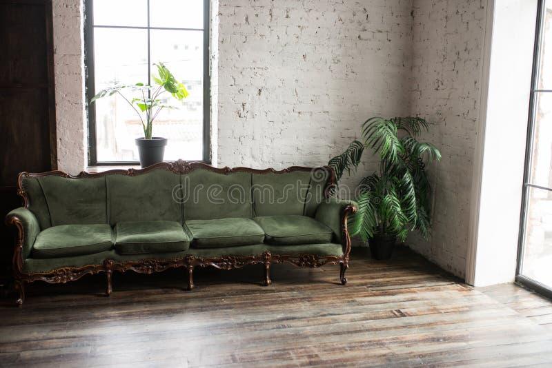 Divan de luxe de vert de vintage dans la chambre Divan en bois antique de sofa Fauteuil classique de style photographie stock libre de droits