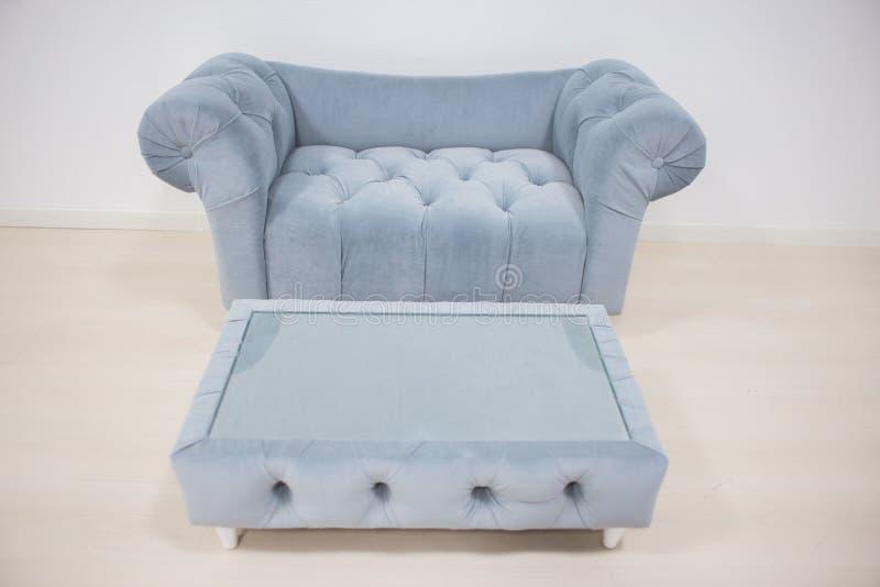 Divan gris de velours, sofa mou avec une table basse image libre de droits