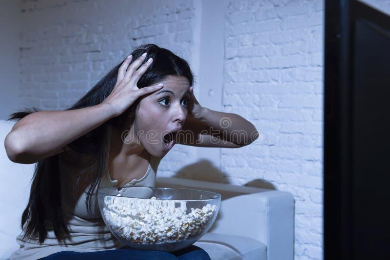 Divan latin de sofa de femme à la maison en film d'horreur de télévision de salon ou thriller effrayant de observation de suspens photographie stock libre de droits