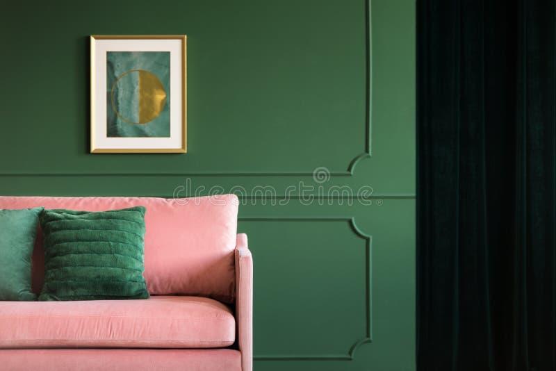Divan rose de velours dans l'intérieur de salon de charme image libre de droits