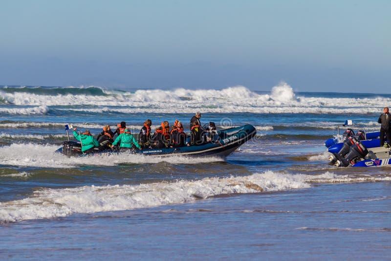 Dive Boat Landing Beach Waves images libres de droits
