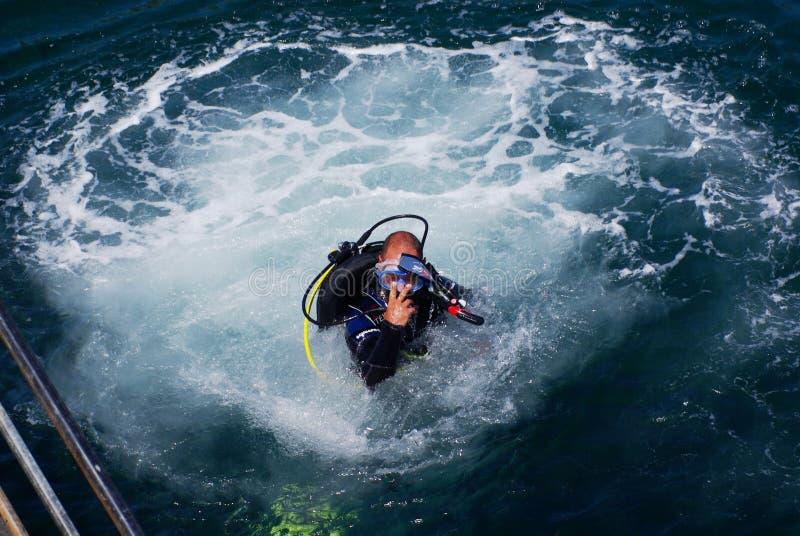 Dive Master entrant dans l'océan photo libre de droits