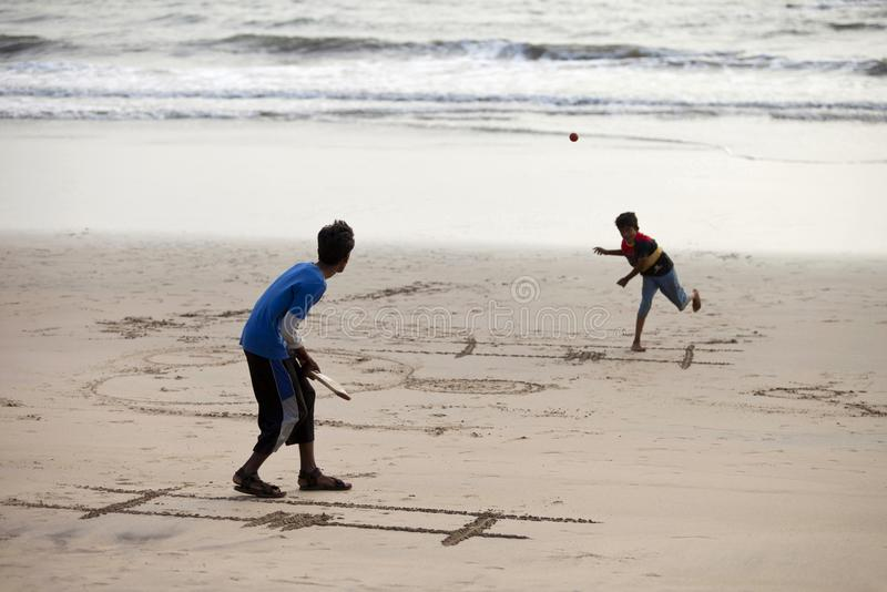Diveagar Maharashtra, Indien, mars 2013, pojkar som spelar syrsan på stranden royaltyfria foton