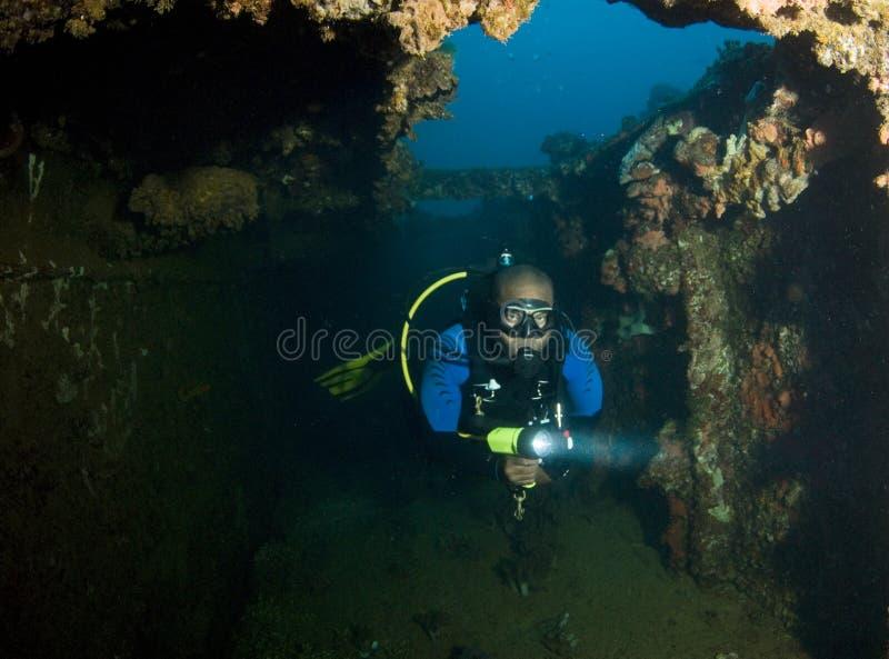 diver exploring wreck obraz stock