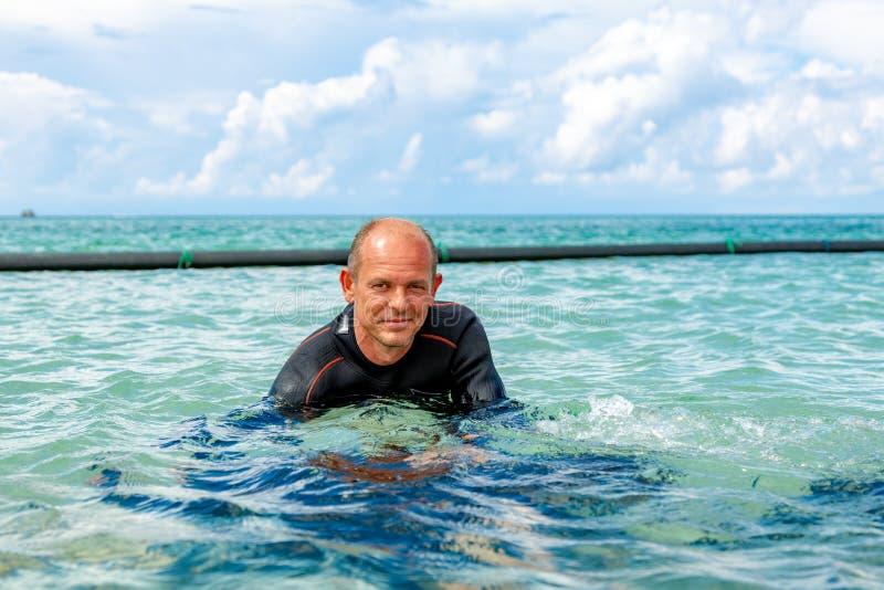 Diverin de scaphandre qu'un costume pour plonger prépare pour plonger images libres de droits