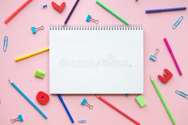 Divers accessoires d'école sur le conseil rose avec l'espace de copie Concept de nouveau ? l'?cole images libres de droits