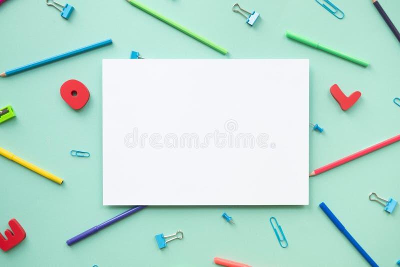 Divers accessoires d'école sur le conseil vert avec l'espace de copie Concept de nouveau ? l'?cole photographie stock libre de droits