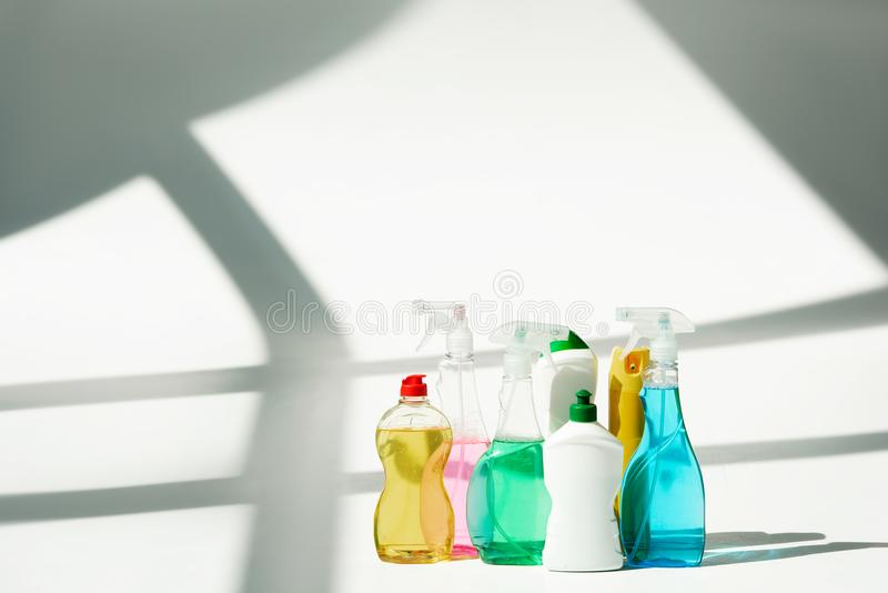 divers bouteilles et pulvérisateurs avec des produits d'entretien images libres de droits