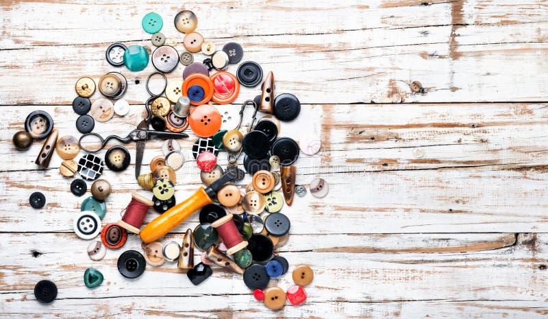 Divers boutons et fil de couture photographie stock libre de droits