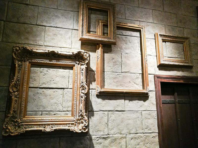 Divers cadres vides de photo de vintage sur le mur de briques photo libre de droits