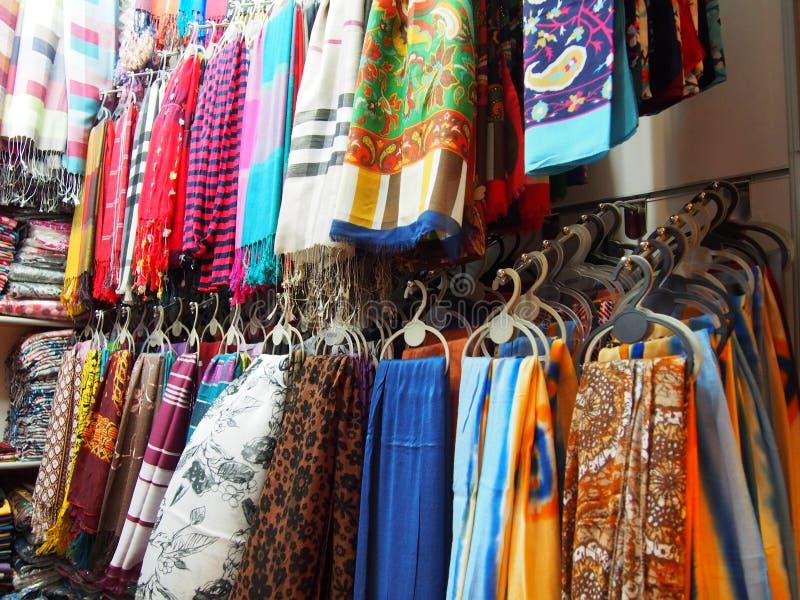 Divers châle indien coloré sur le marché en plein air photographie stock libre de droits