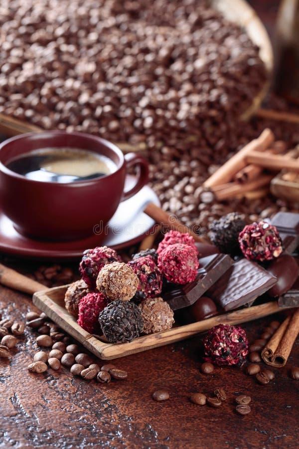 Divers chocolats et tasse de café noir photographie stock libre de droits
