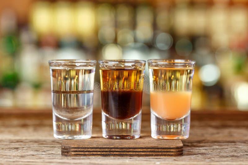 Divers cocktails à la barre photo libre de droits