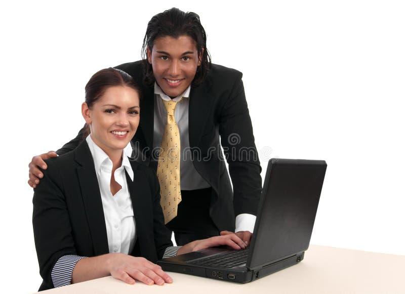 Divers commercieel miniteam met laptop royalty-vrije stock fotografie
