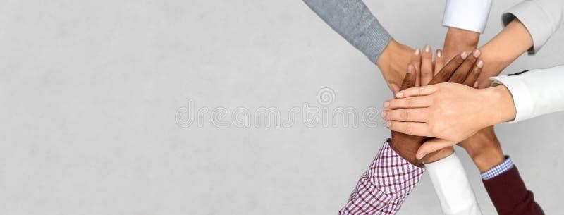 Divers commercieel team die handen samenbrengen royalty-vrije stock foto