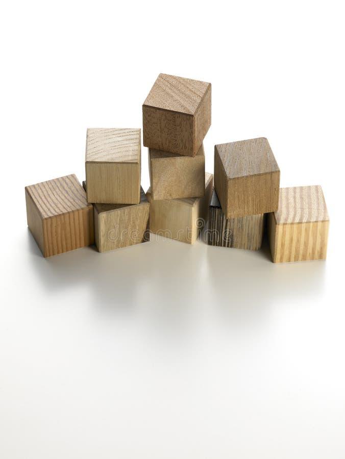 Divers cubes en bois sur un fond blanc images stock