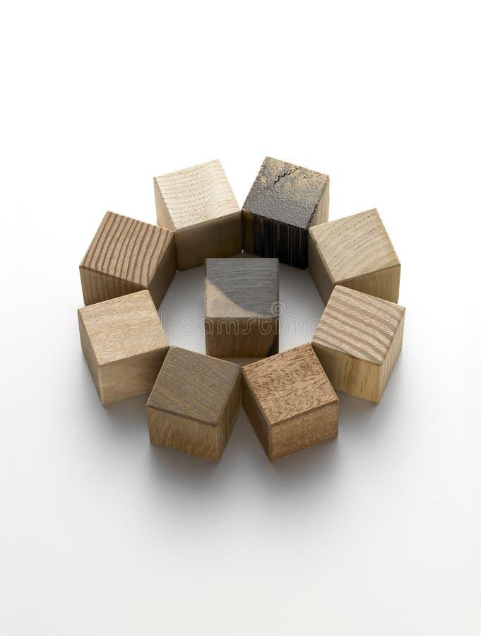 Divers cubes en bois sur un fond blanc photo libre de droits