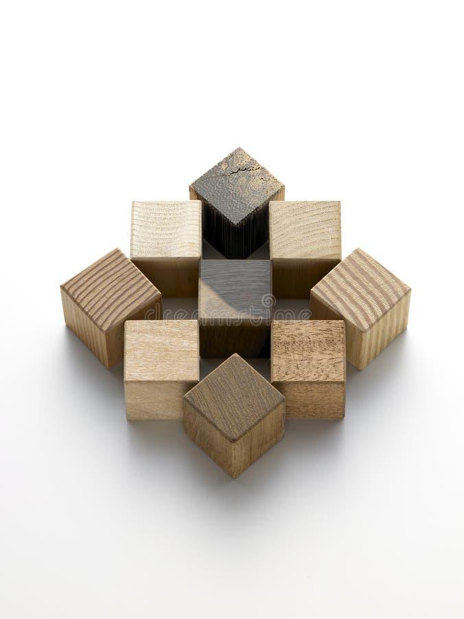 Divers cubes en bois sur un fond blanc photos stock