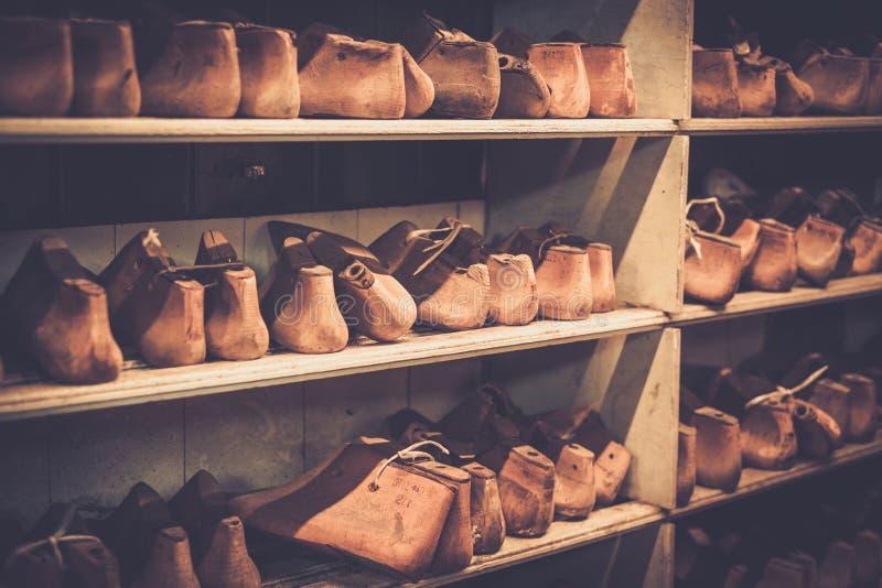 Divers de la chaussure en bois de vintage dure dans une rangée sur les étagères images stock