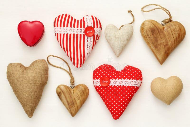 Divers des coeurs en bois et de tissu photographie stock libre de droits