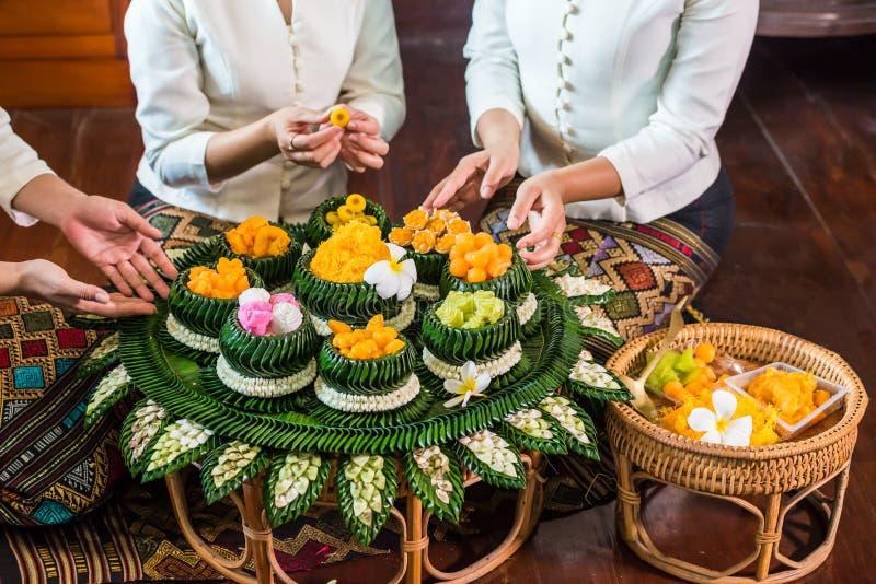 Divers dessert thaïlandais sur la cuvette et le plat photos stock