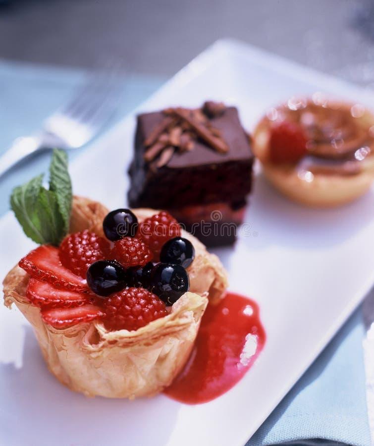 Divers desserts d'une plaque blanche photos stock