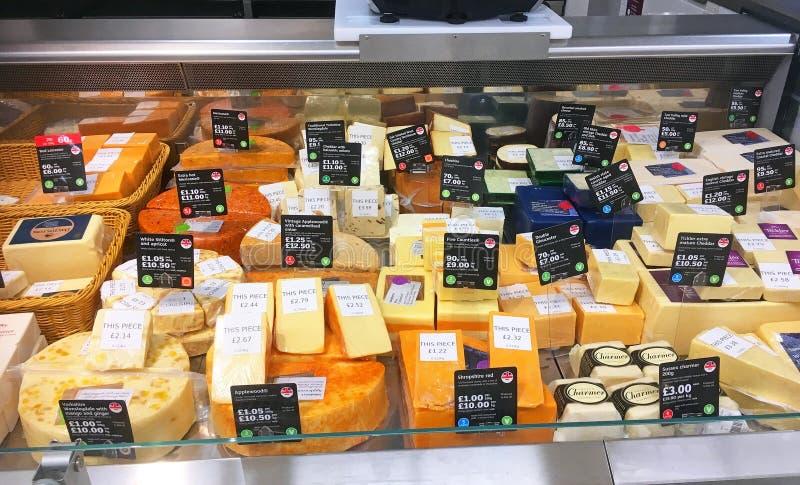 Divers fromage dans un affichage de magasin photographie stock