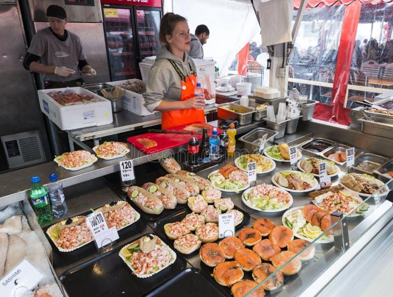 Divers fruits de mer sur les étagères de la poissonnerie à Bergen dans N image stock