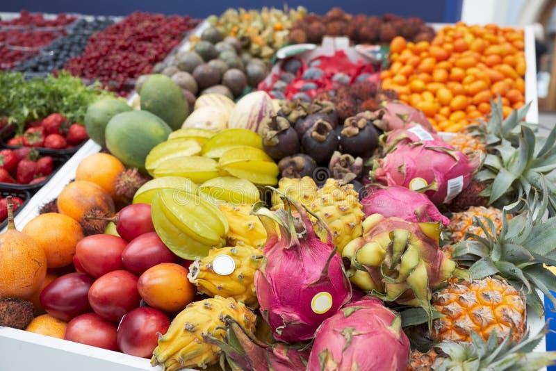 Divers fruits trropical sur la stalle du marché photographie stock