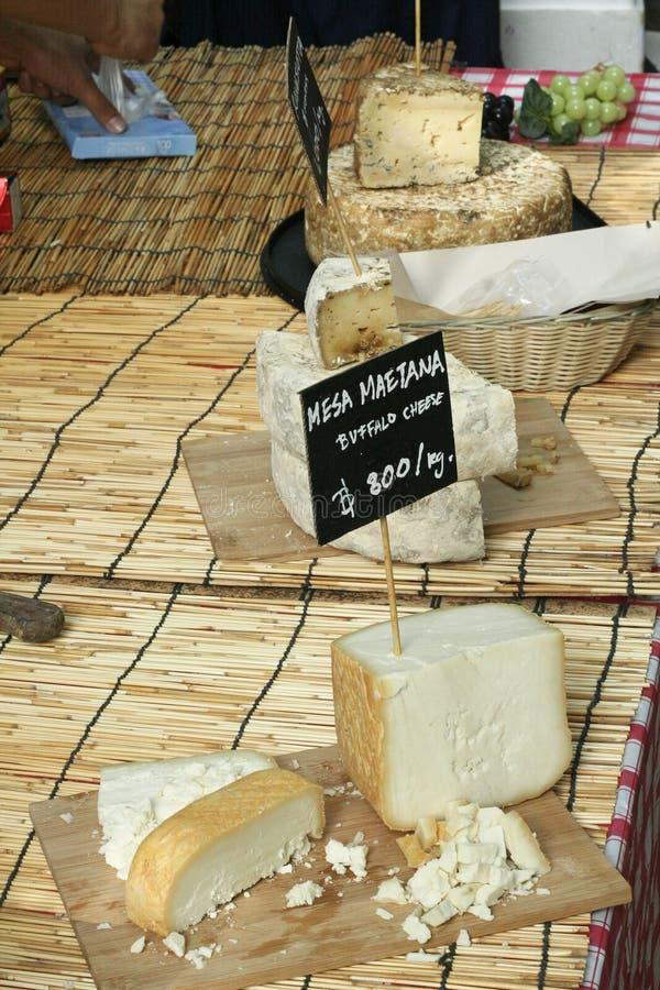 Divers genre de fromage à un marché local photo stock