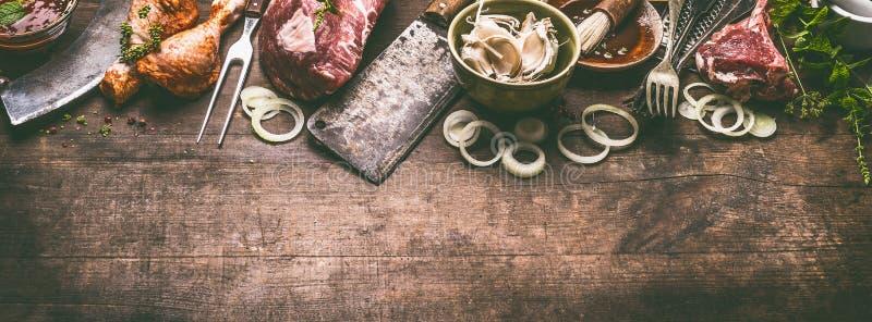 Divers gril et viande de BBQ : jambes de poulet, biftecks, nervures d'agneau avec des ustensiles de cuisine de vaisselle de cuisi images stock