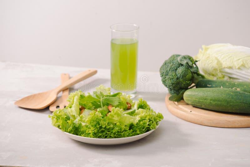 Divers ingrédients organiques verts de salade sur le fond blanc Mode de vie ou concept sain de nourriture de régime de detox photos stock