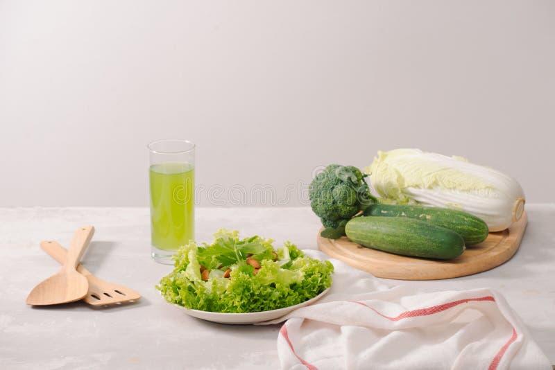 Divers ingrédients organiques verts de salade sur le fond blanc Mode de vie ou concept sain de nourriture de régime de detox images stock