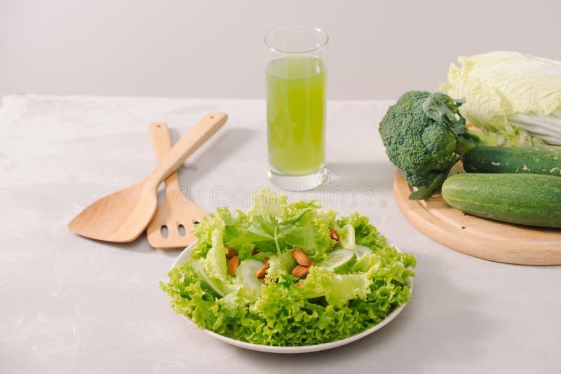 Divers ingrédients organiques verts de salade sur le fond blanc Mode de vie ou concept sain de nourriture de régime de detox photo libre de droits