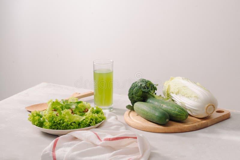 Divers ingr?dients organiques verts de salade sur le fond blanc Mode de vie ou concept sain de nourriture de r?gime de detox photographie stock libre de droits
