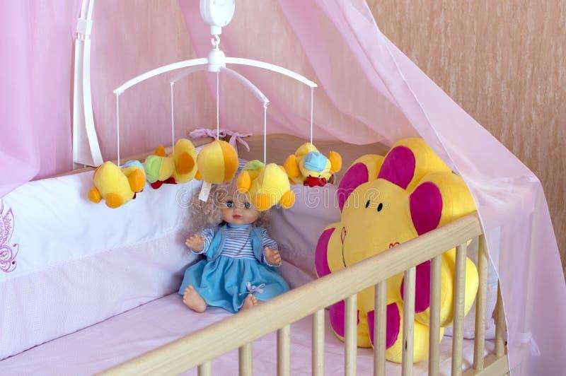 Divers jouets mous dans le berceau avec de la toile orange image stock