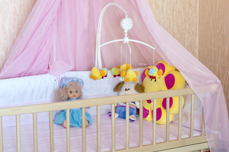 Divers jouets mous dans le berceau avec de la toile orange photo stock