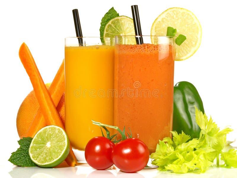 Divers jus de légumes sur le fond blanc photos stock