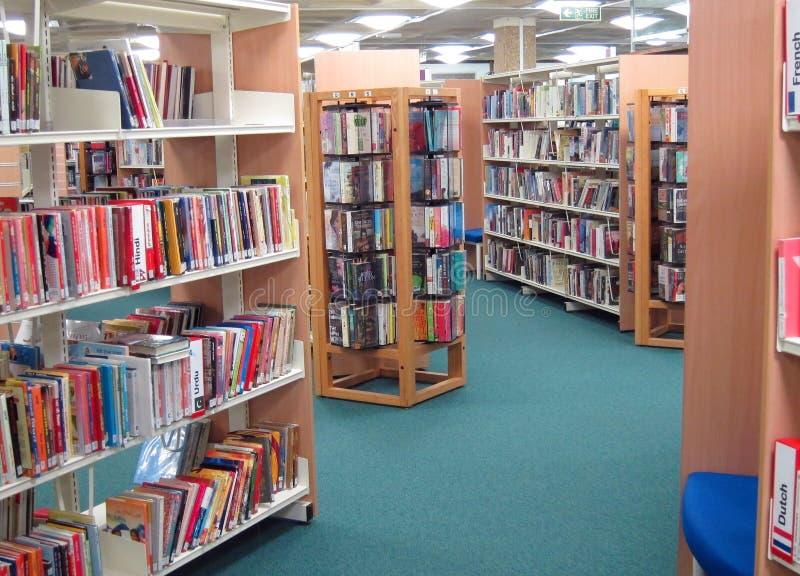 Livres sur des étagères d'une bibliothèque publique. images stock