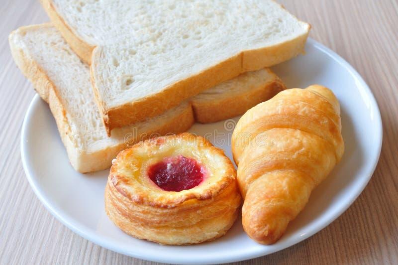 Divers pains et croissants sur la table de petit déjeuner. photographie stock