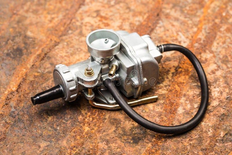 Divers pièces et accessoires de voiture, sur le carburateur de fond en métal - image images stock